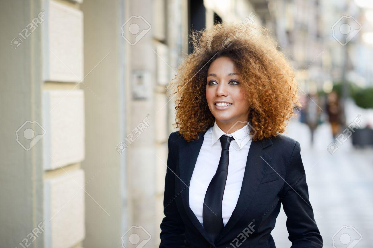 Femme En Cravate portrait de la belle femme d'affaires portant costume noir et