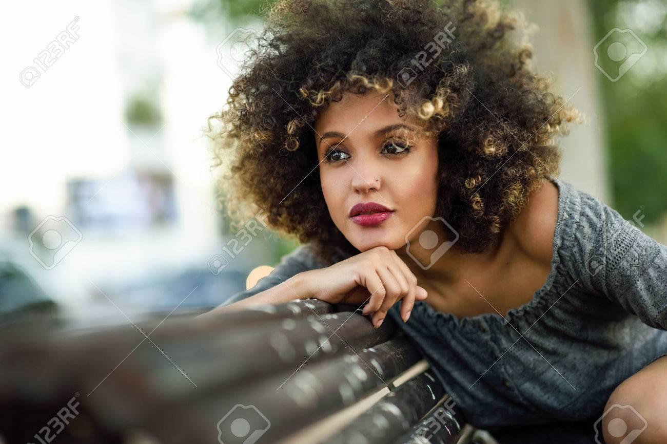 Jeune Femme Noire Avec Coiffure Afro Assis Sur Un Banc En Milieu