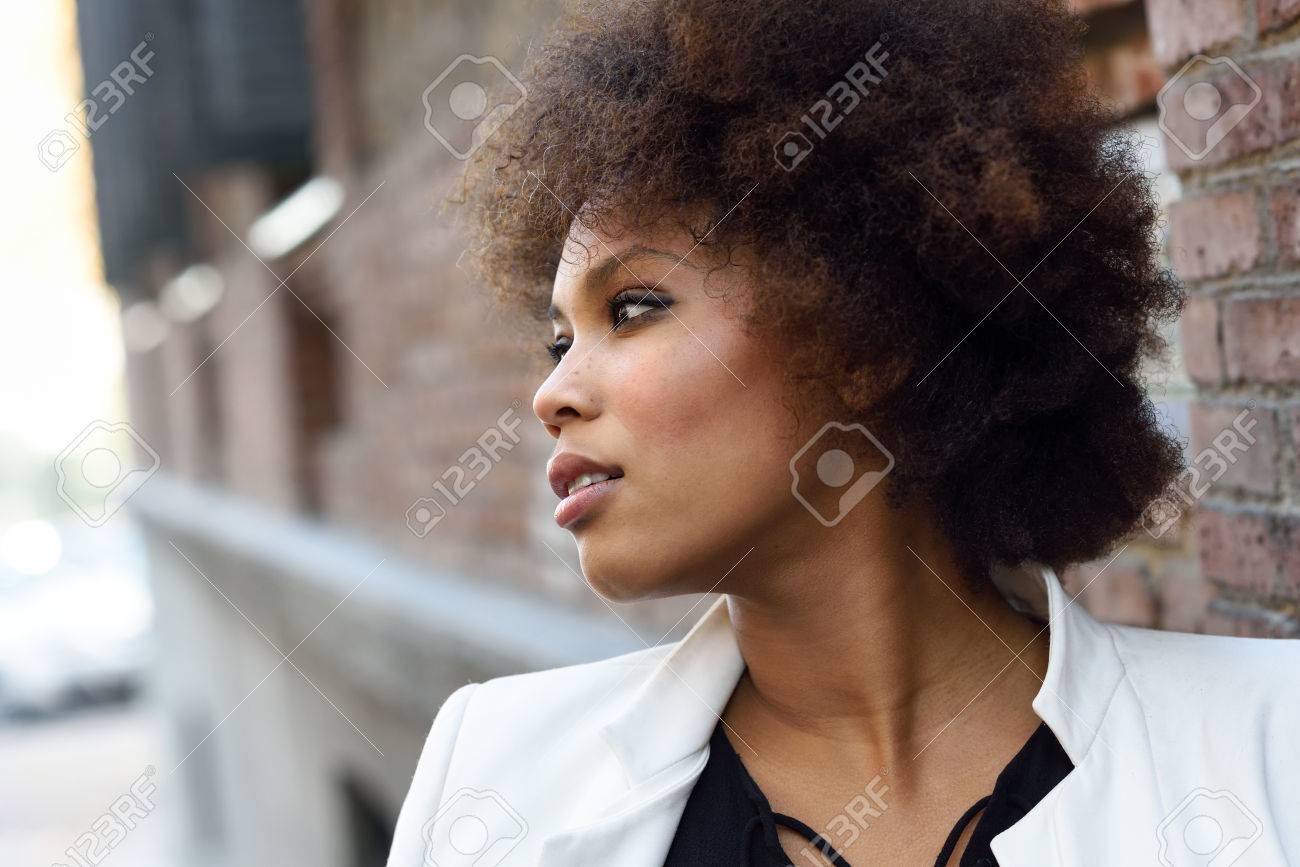 Jeune Femme Noire Avec Coiffure Afro Debout En Arriere Plan Urbain