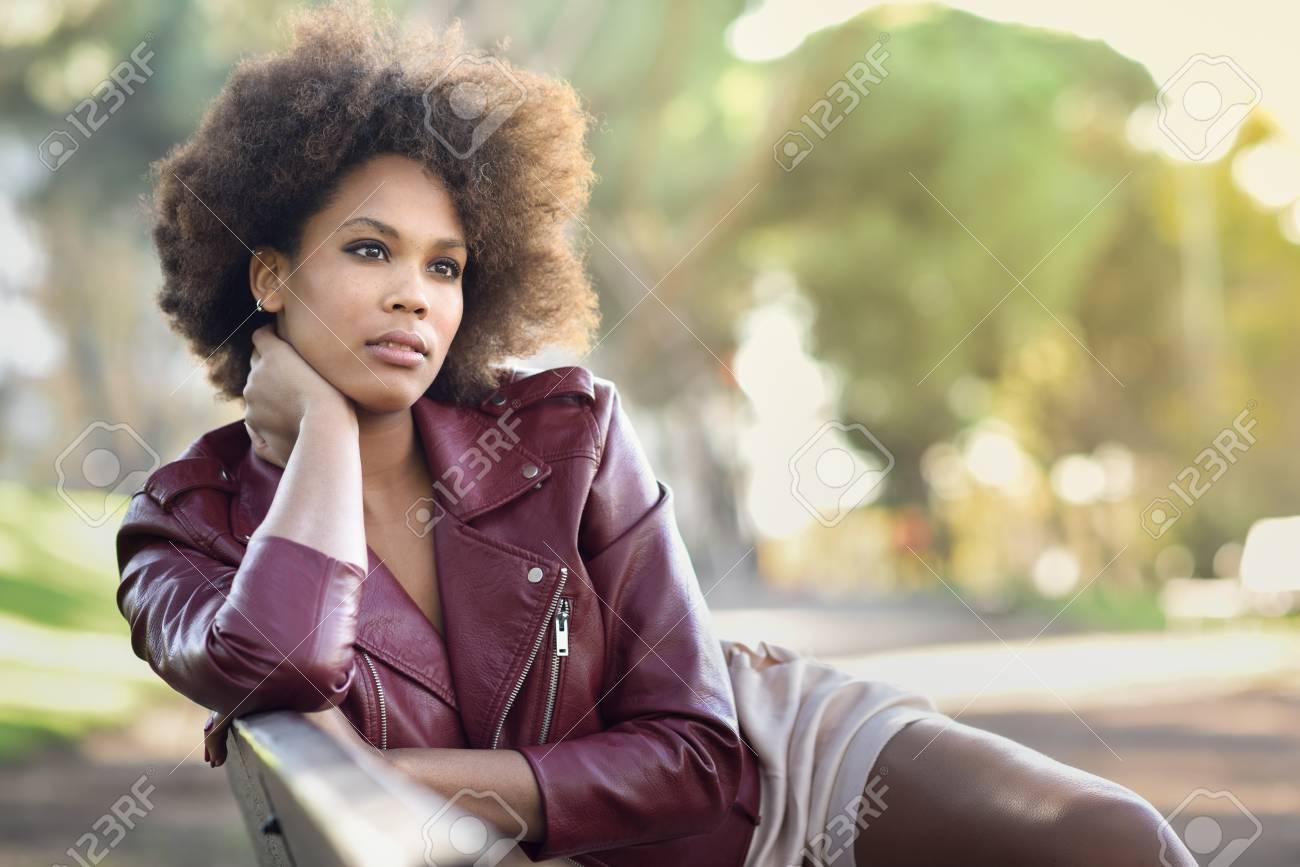 Jeune Femme Noire Avec Coiffure Afro Assise Dans Un Banc Dans Un