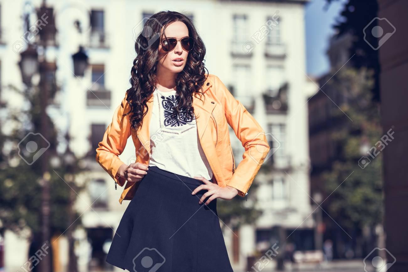 En Avec Des Moderne La ModePortant Jeune Et SoleilFilleModèle Femme Orange Brune Lunettes De BleuDebout Plan Veste Jupe Arrière fY6yb7g