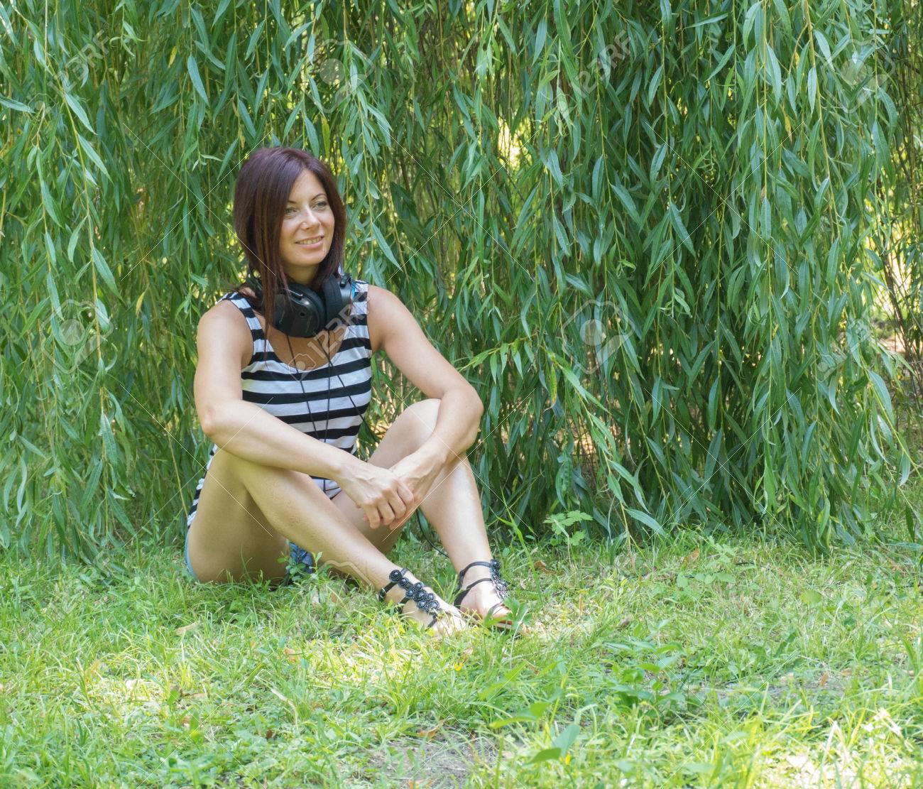 Junge Schöne Frau In Der Weide Garten Lachen Lizenzfreie Fotos
