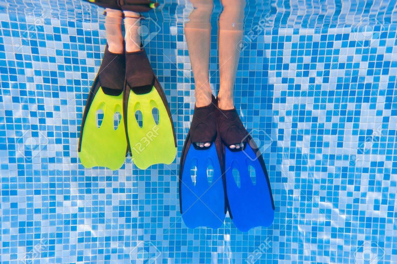 Capretto Underwater le gambe a pinne in piscina Archivio Fotografico - 9832884