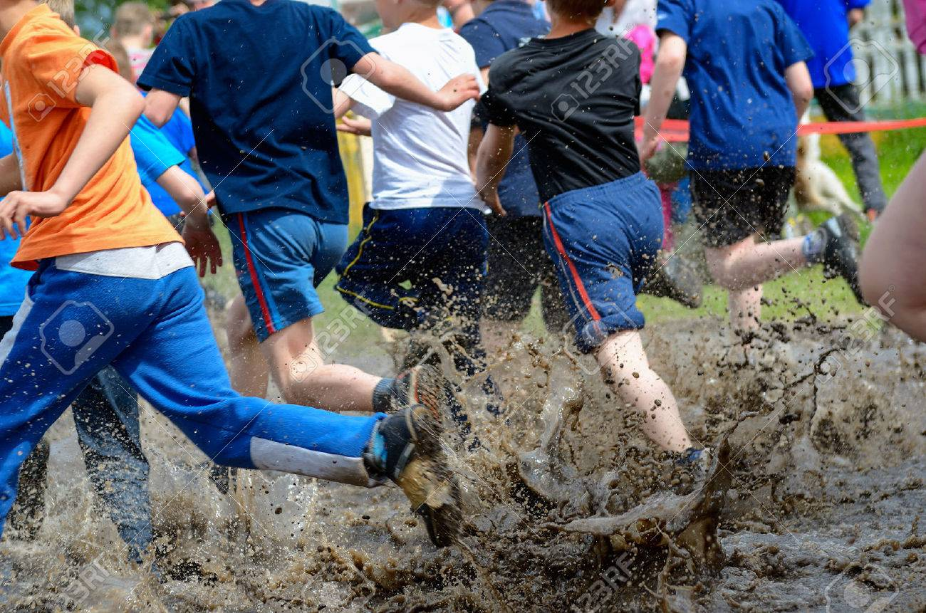Kids running trail race legs in mud and water - 41248898