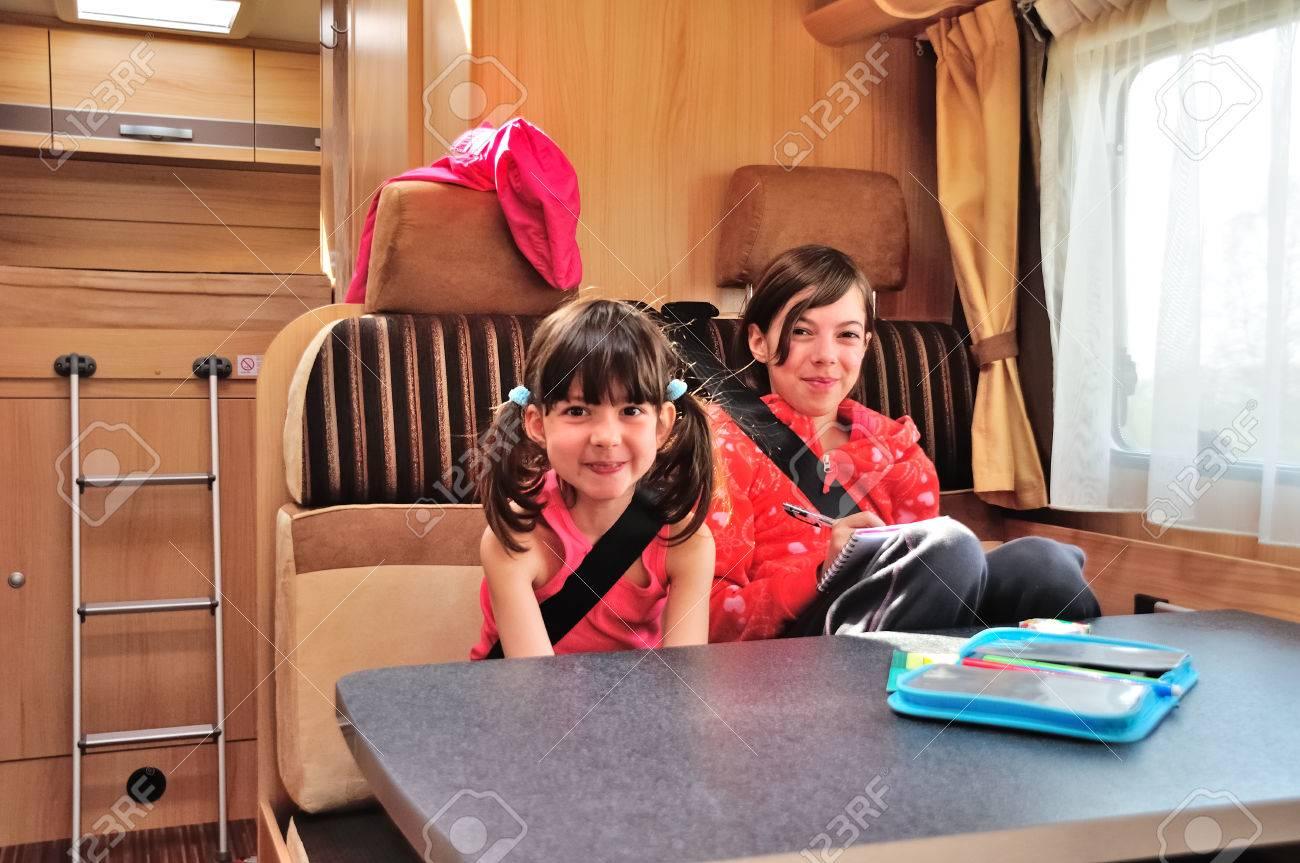 Familienurlaub RV Urlaubsreise, Glücklich Lächelnde Kinder Reisen ...