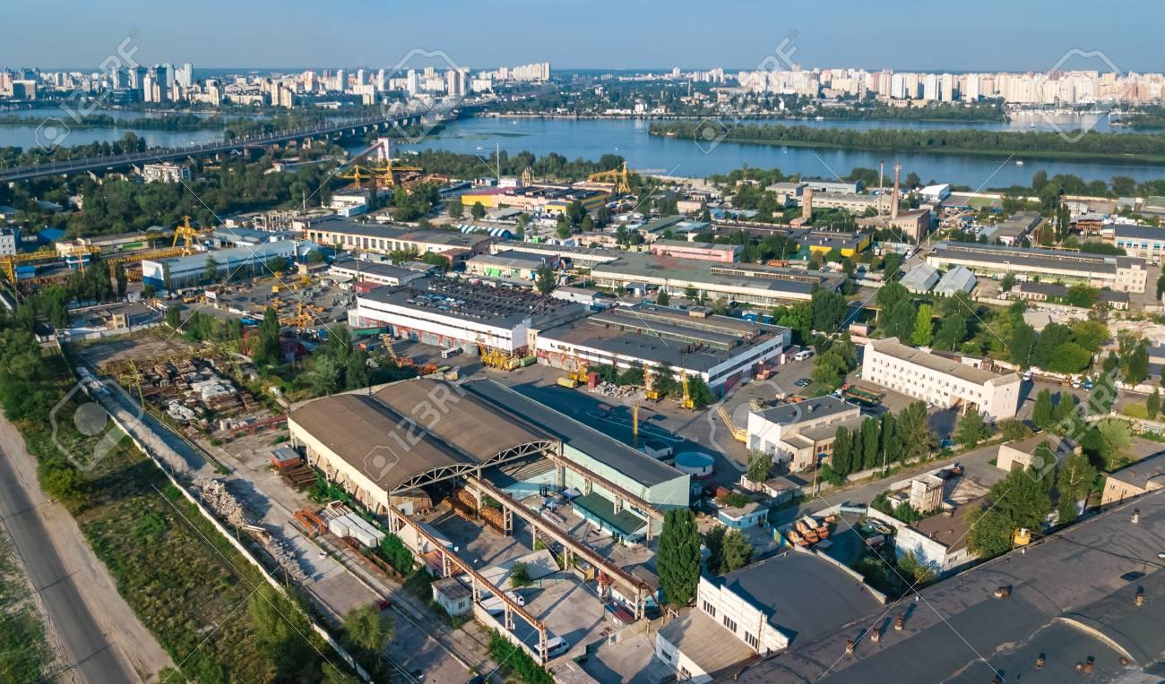 キエフ (キエフ)、ウクライナの工業地区、倉庫工場の煙突の上から工業 ...