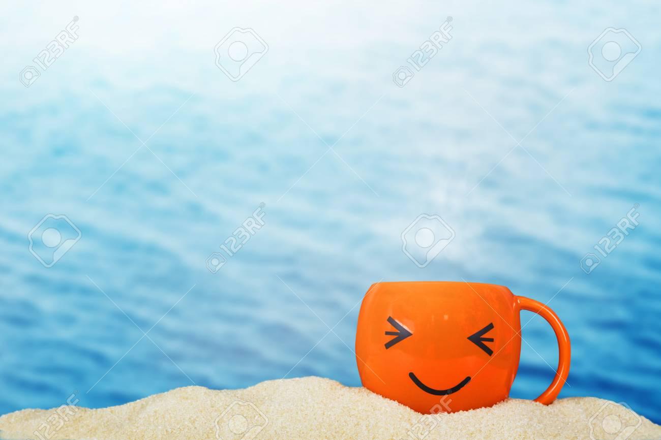 Immagini Stock Tazza Di Caffè Smiley Sullo Sfondo Di Sabbia Del