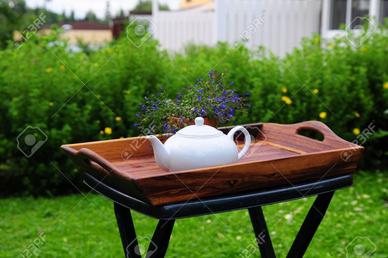 una teiera bianca normale su un piccolo tavolo pieghevole da ... - Tavolo Da Giardino Piccolo
