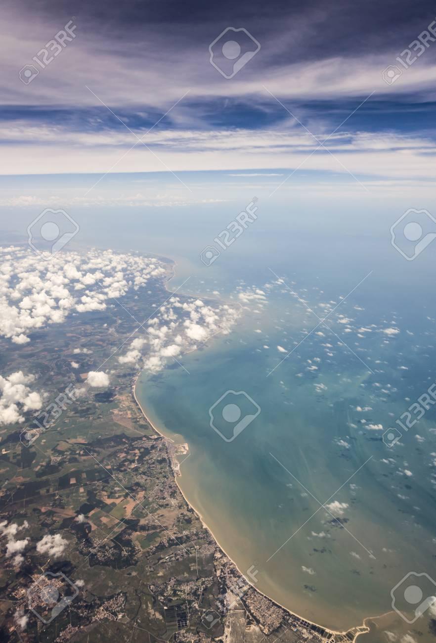 雲の上の湛江市土地形態の空撮 ...