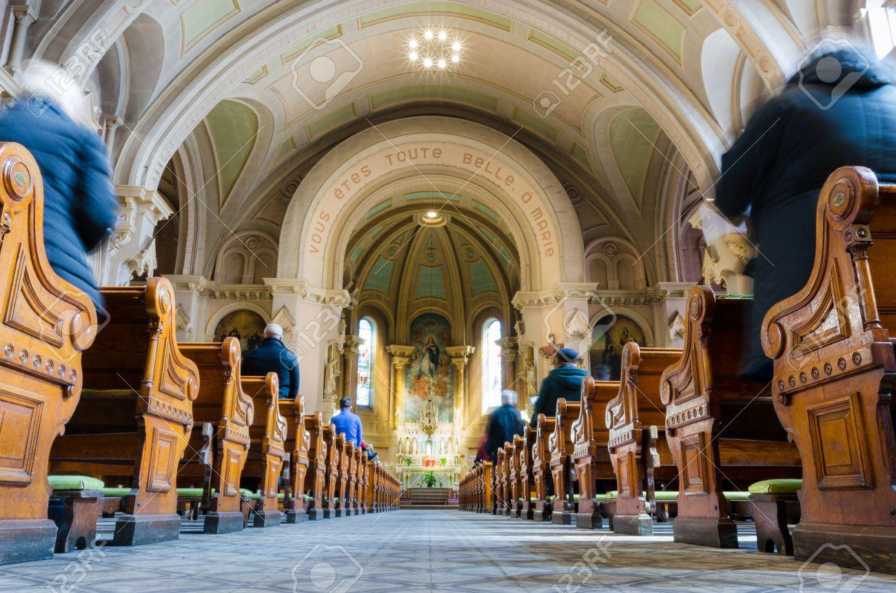 banque dimages intrieur de lglise au moment de la messe du dimanche avec les gens et prtre large angle de montral au canada