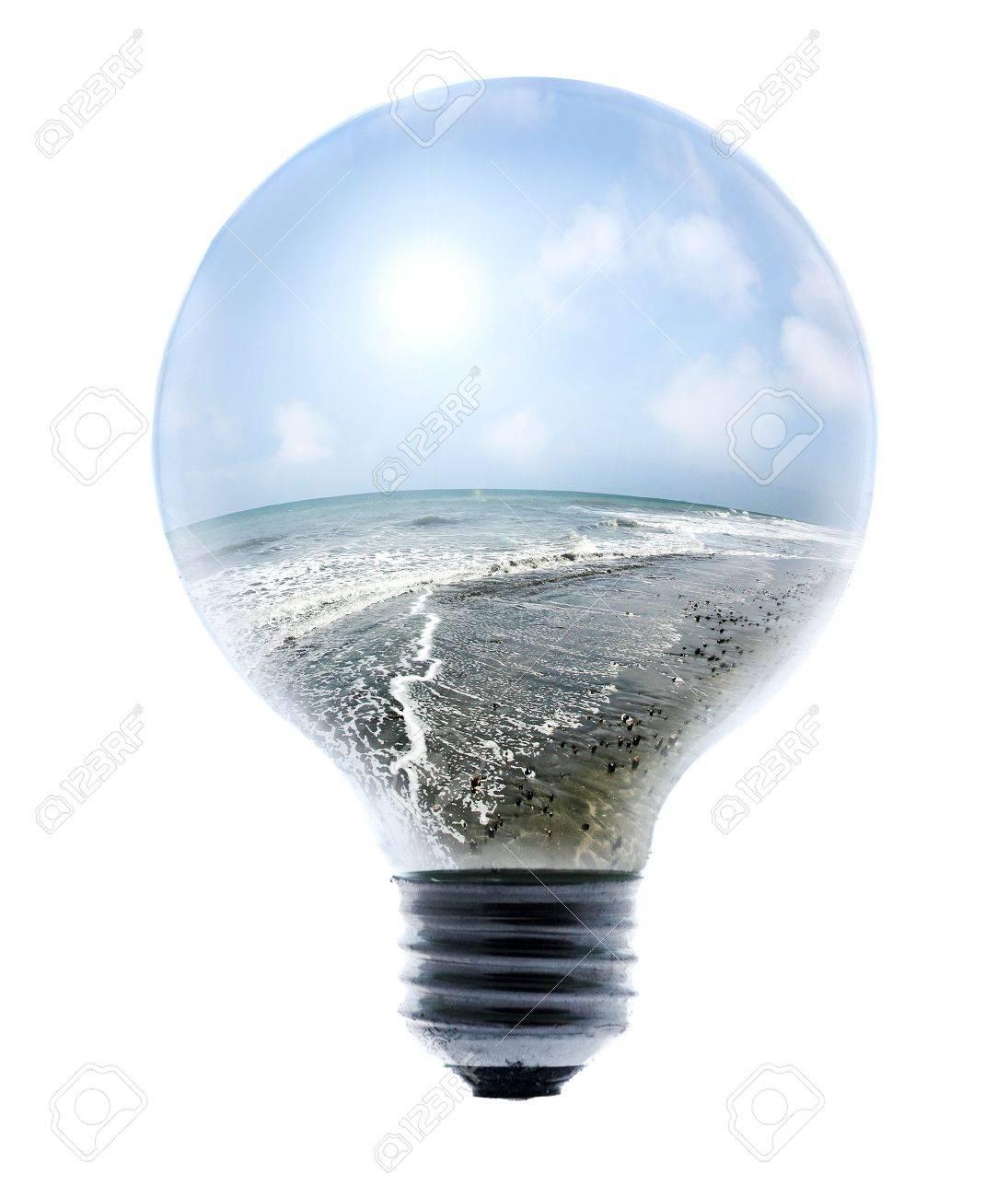Energia Pulita, mare e cielo luminoso all'interno di una lampadina Archivio Fotografico - 3822982