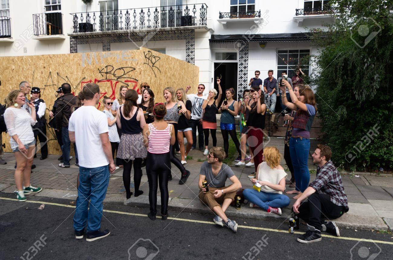 LONDON - 28. August: Jugendliche Drängen Sich Die Straße Von Notting ...