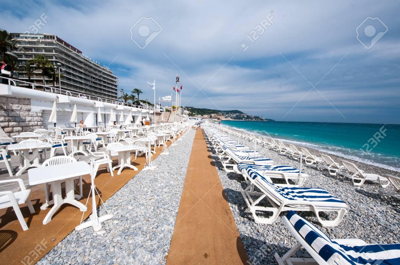 Clubes de playa a lo largo de Paseo de los Ingleses alquilan sillas por el día o cada hora para el público.