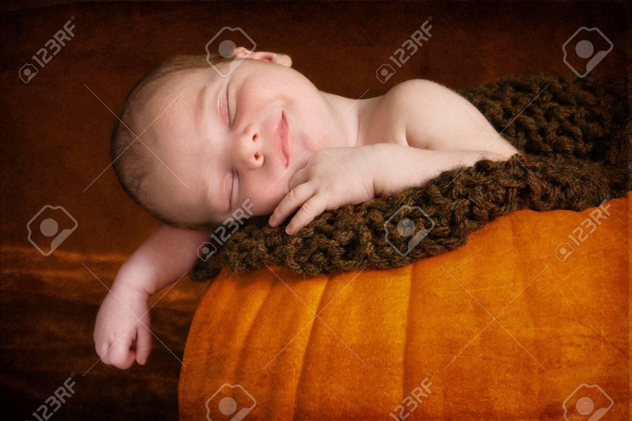 Neonato Dorme Solo In Braccio.Immagini Stock Felice Neonato Che Dorme In Zucca Egli E
