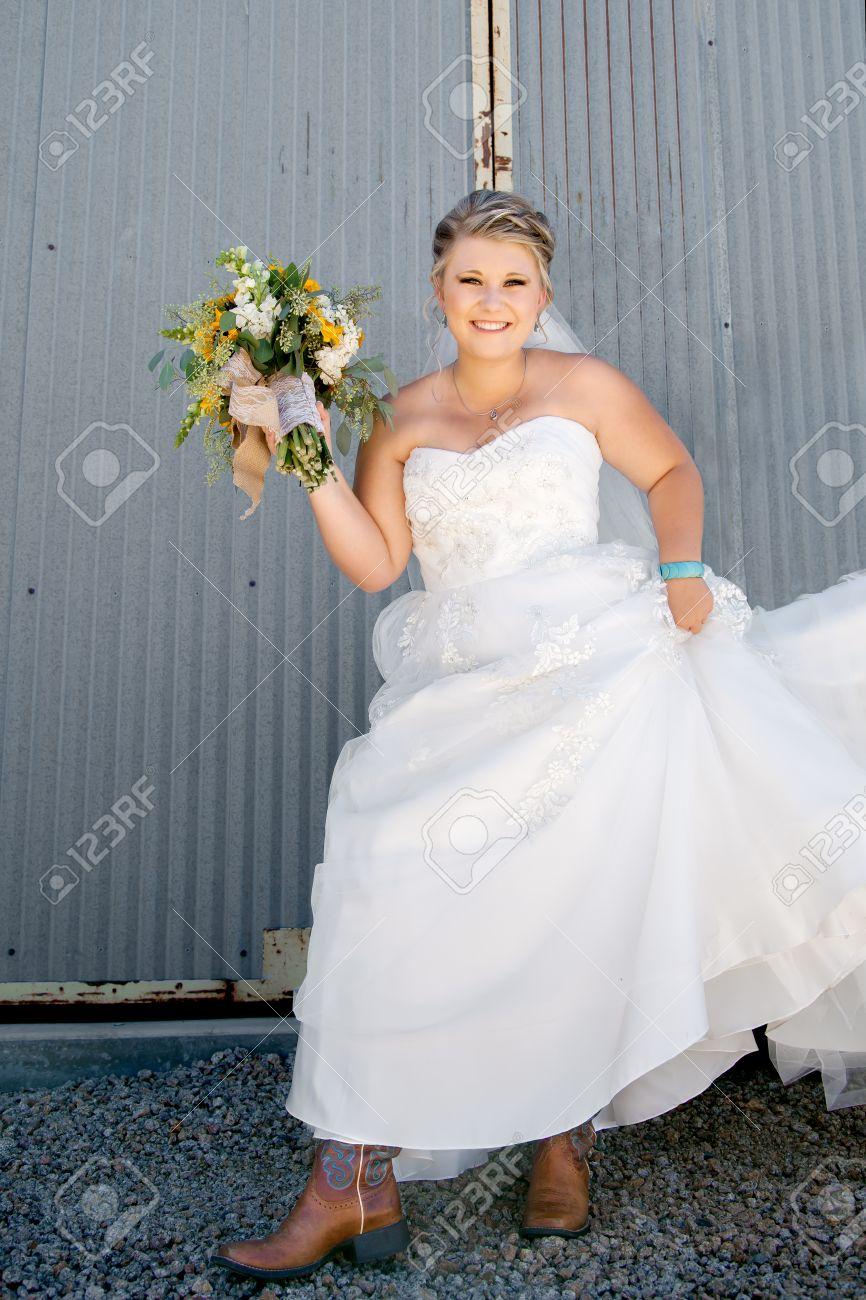 Eine Schöne Country-Western-Braut Zeigt Ihre Cowgirlstiefel Unter ...
