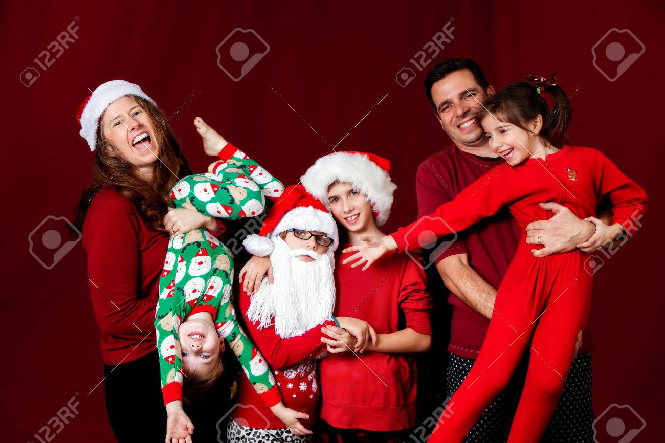 dad56d8ea7e5b Une Famille Idiote Pose Dans Une Drôle De Façon Pour Un Portrait De Noël.  La Mère Rit Et Tient Son Fils à L envers