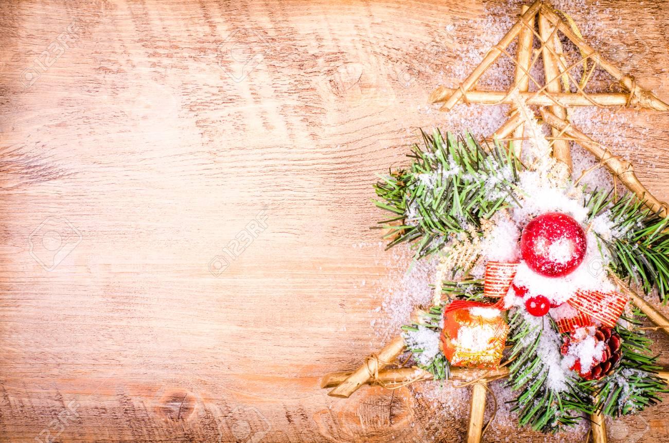 Decorazioni In Legno Per Albero Di Natale : Nevoso albero di natale capodanno decorazione su legno. spazio