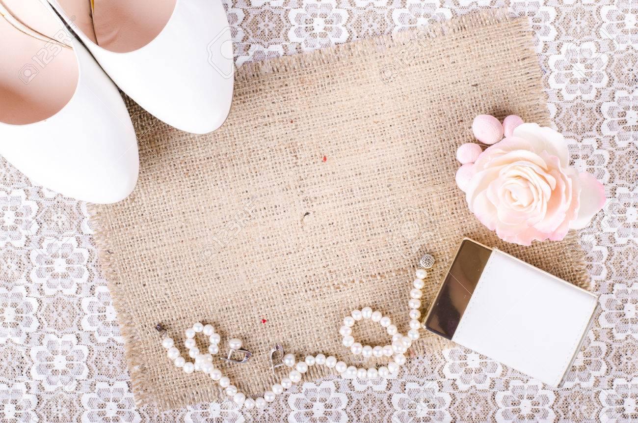 74204a703 Hermoso conjunto de accesorios de la boda de la mujer. mañana de la novia.  Zapatos blancos, perfume, collar de perlas y los pendientes en el paño de  ...