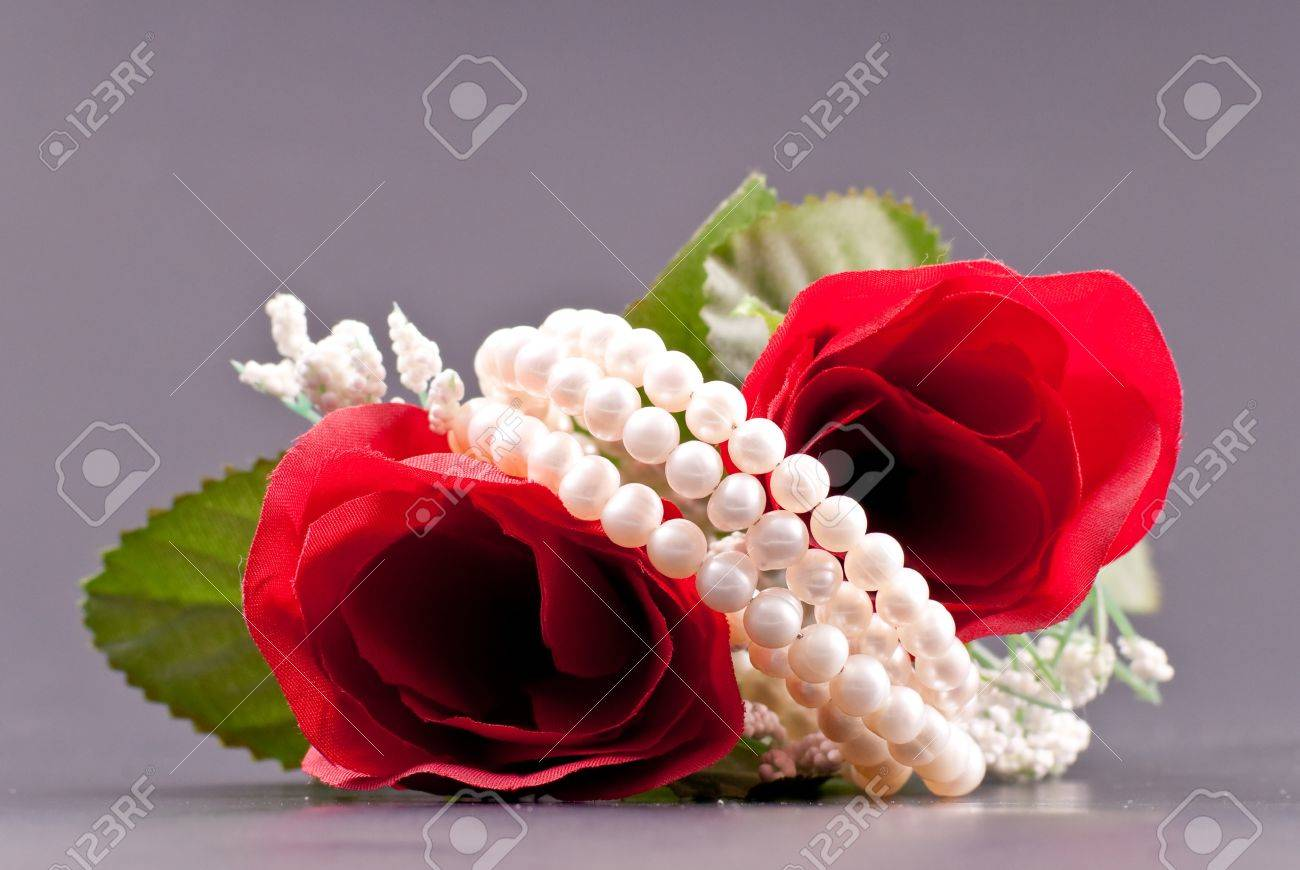 Romantic Pearl Gift in Floral Array Stock Photo - 8855428