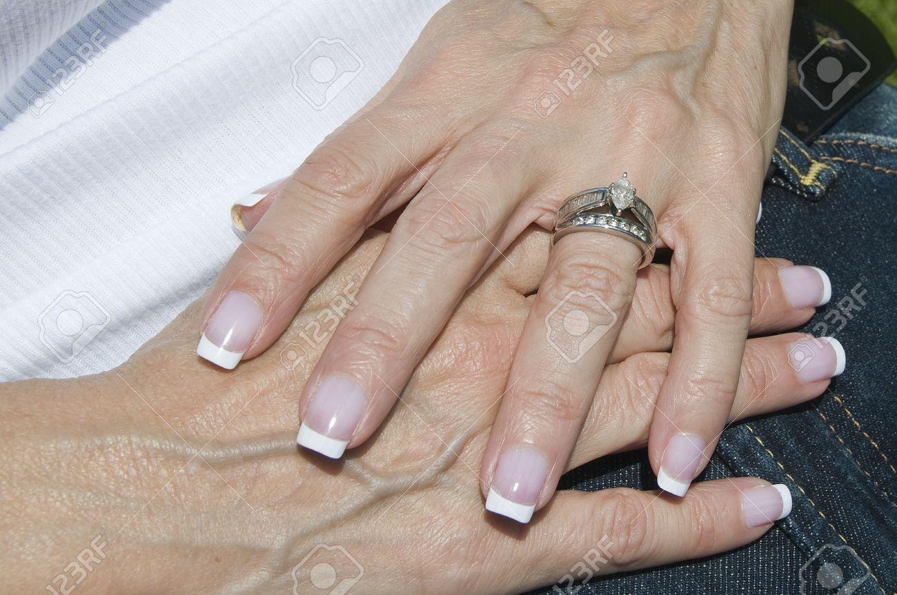 Célèbre Françaises Mains Soignées Femmes Avec La Bande De Mariage Et De  DH59