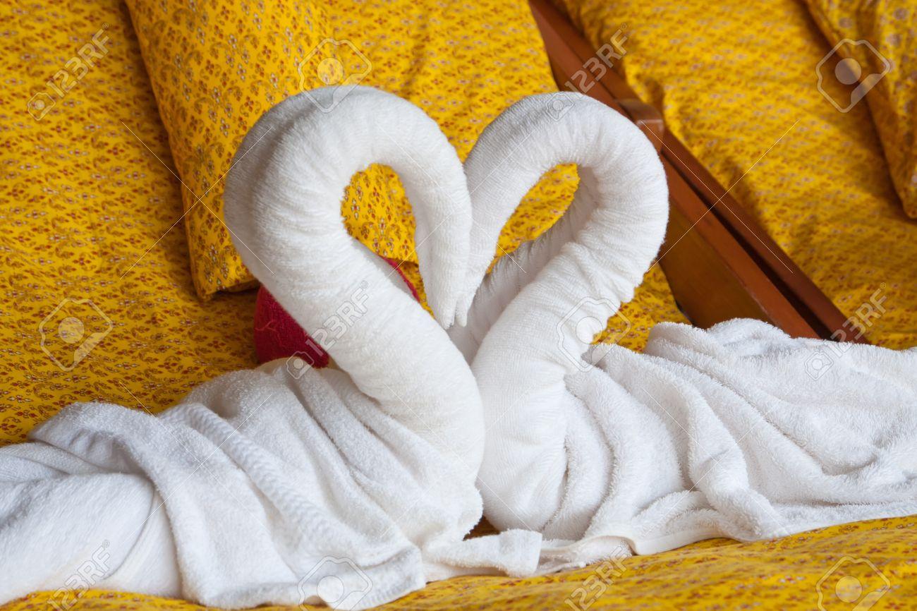 Blanc décoration serviette coeur dans la chambre de style hôtel thaïlandais