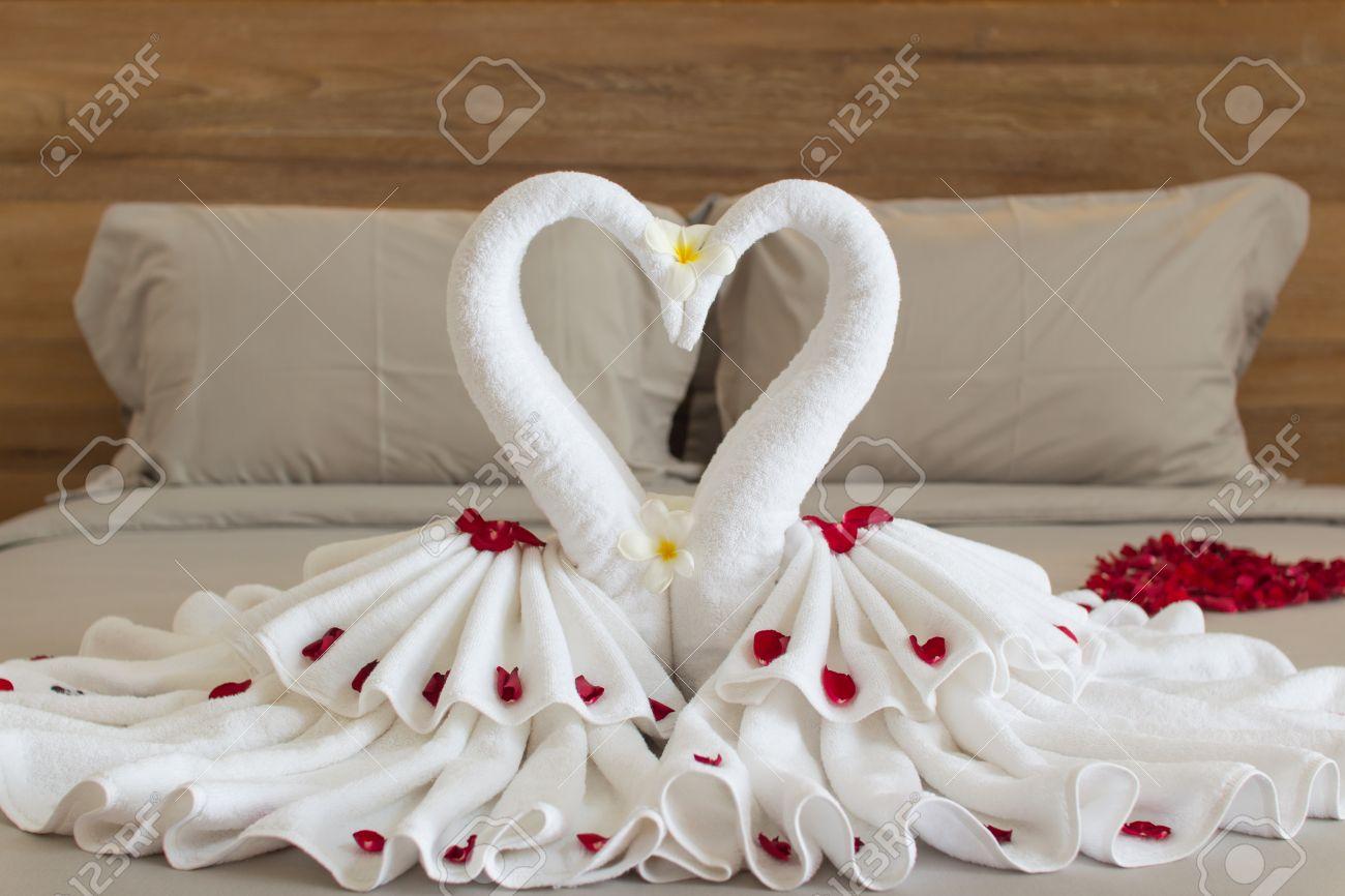 Diseno Interior Del Dormitorio Con Los Cisnes De La Decoracion De La - Decoracion-con-toallas