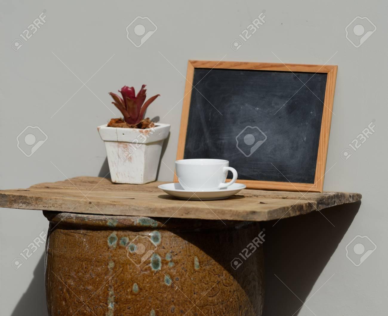 Taza De Café Sobre Tarro Antiguo En Terraza Exterior Con Decoración De Cortina Azul