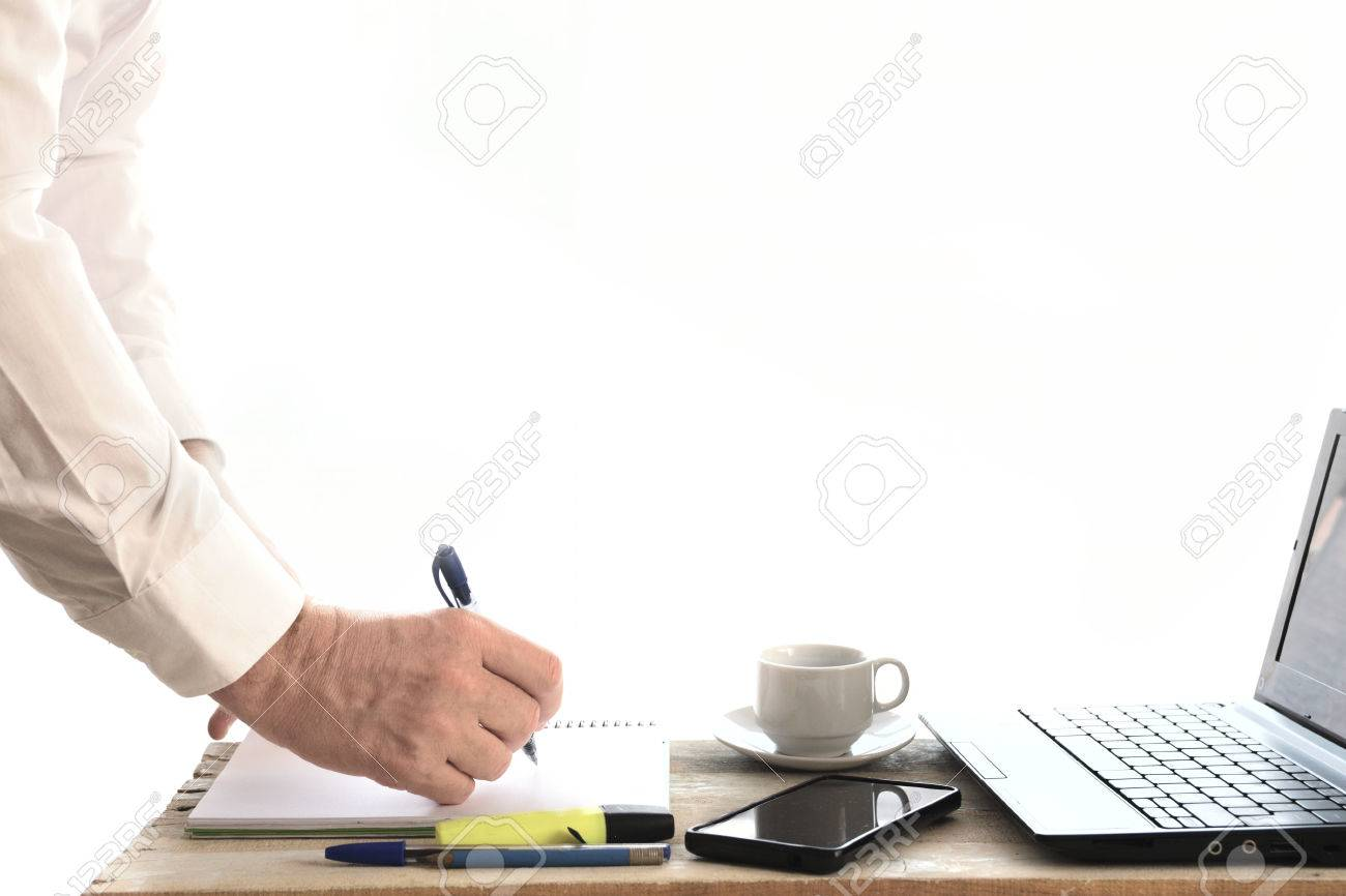 ビジネスの男性は、デスクトップ上のプロジェクトでの作業します ...