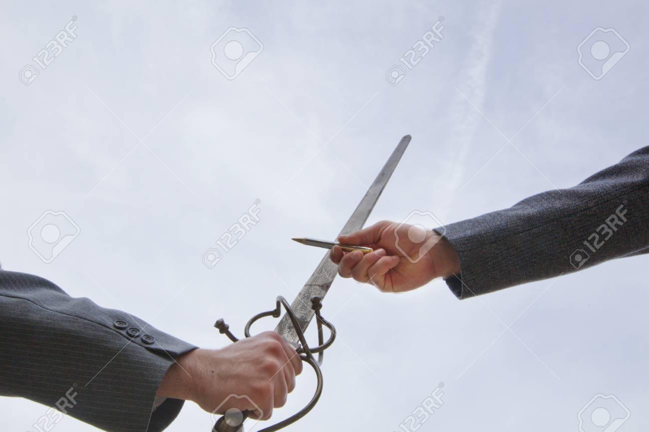 より 強し は 剣 ペン も