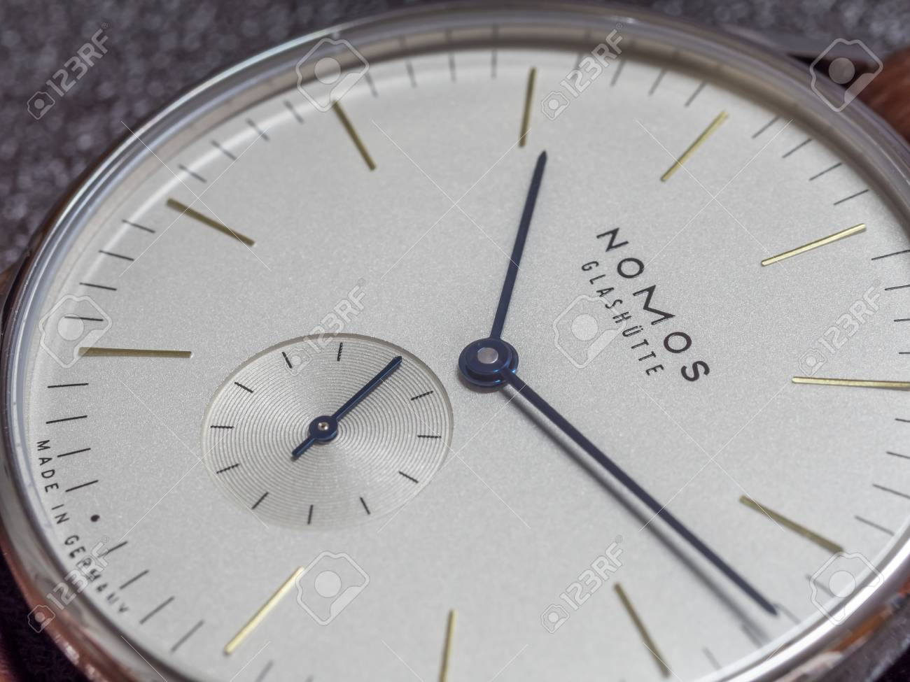 super popular 92cb4 120d5 バンコク - 2 月 5 日: ノモスの時計はドイツの時計ブランド、シンプルなクリアでクリーンなデザイン、巻線機、ホワイト  ダイアル、ブラウンのアリゲーター ・ ストラップの高級腕時計と卓越しました。