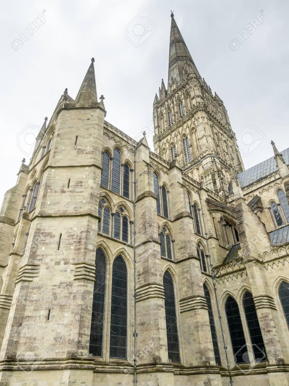 ソールズベリー大聖堂、雨の曇り...