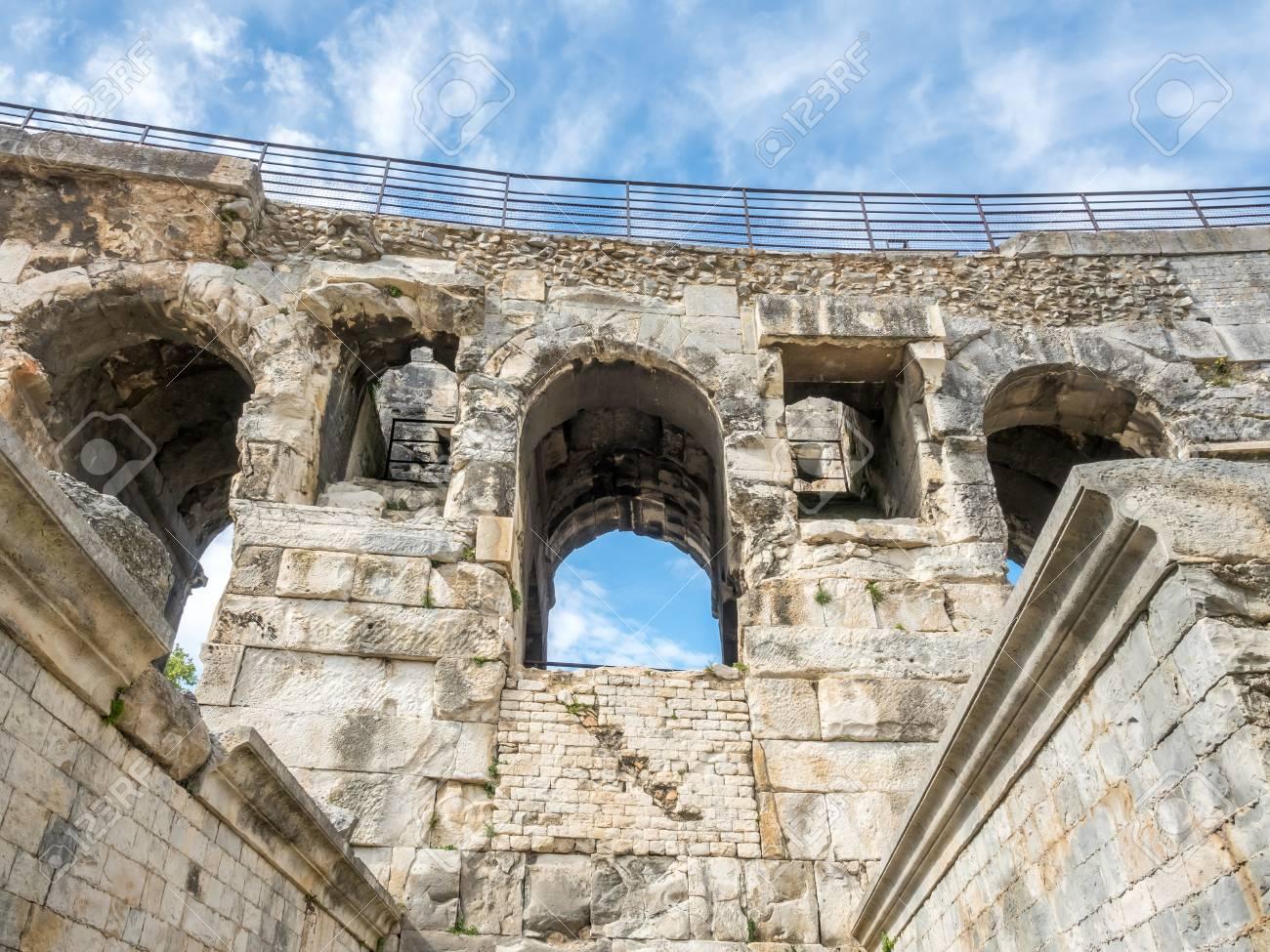 architecture d'intérieur de l'arène de nîmes, ancien amphithéâtre