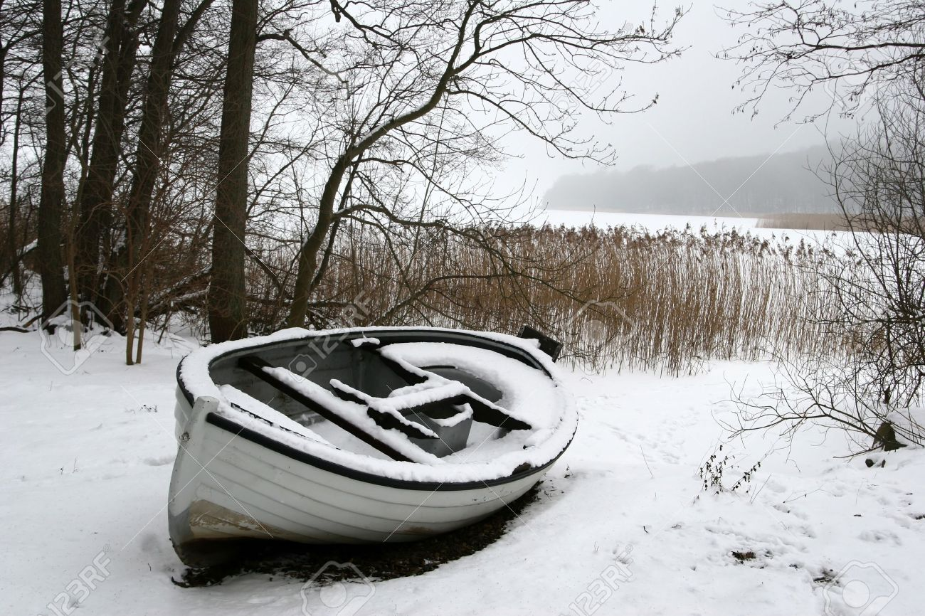 en bateau sur le lac glacé au Danemark en hiver Banque d'images - 9742207
