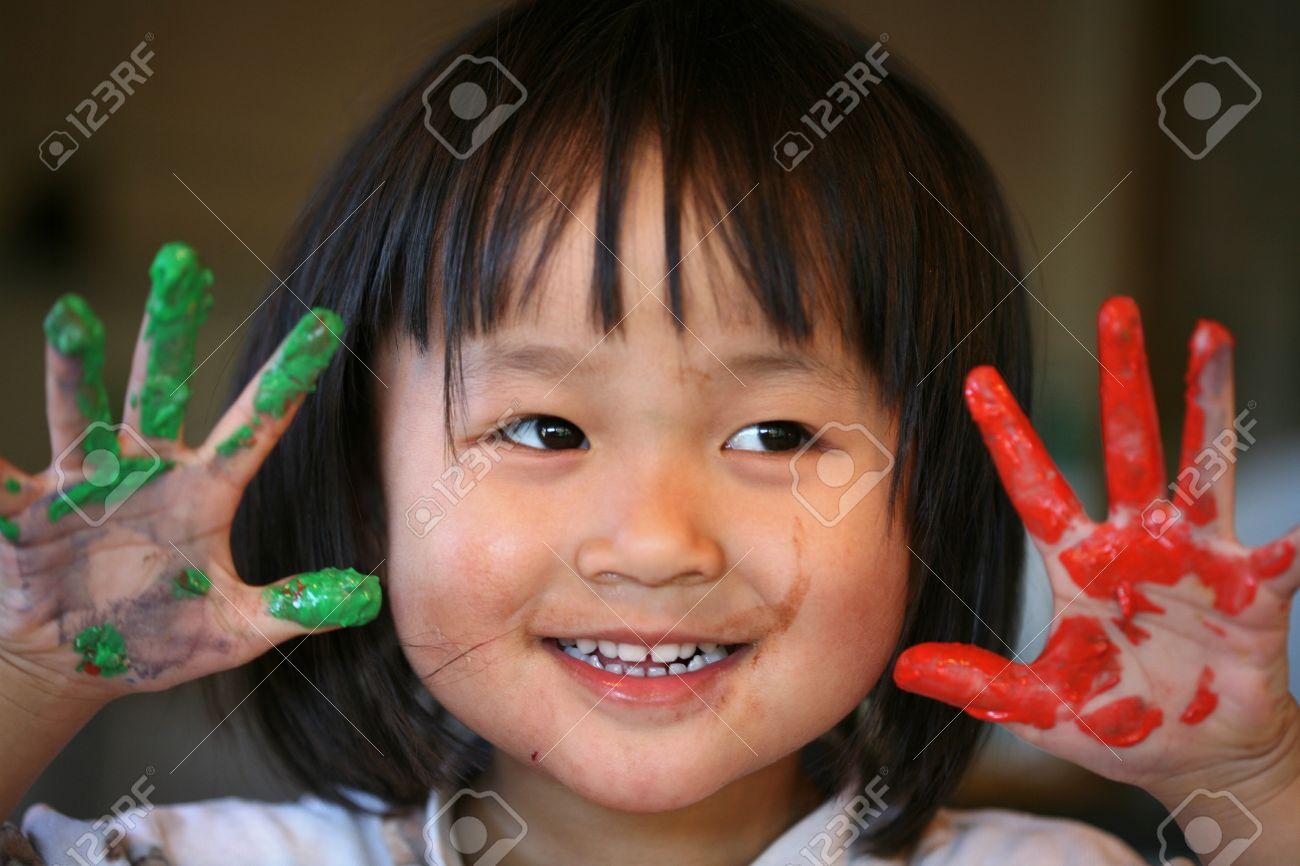 gros plan du visage enfant jouant avec la peinture au doigt Banque d'images - 10071112