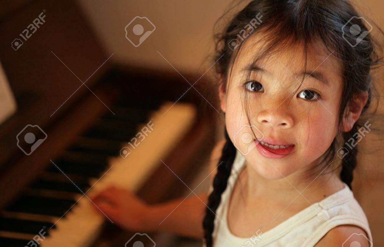 profil enfant à huis clos de procéder à la recherche tout en jouant du piano Banque d'images - 10070897