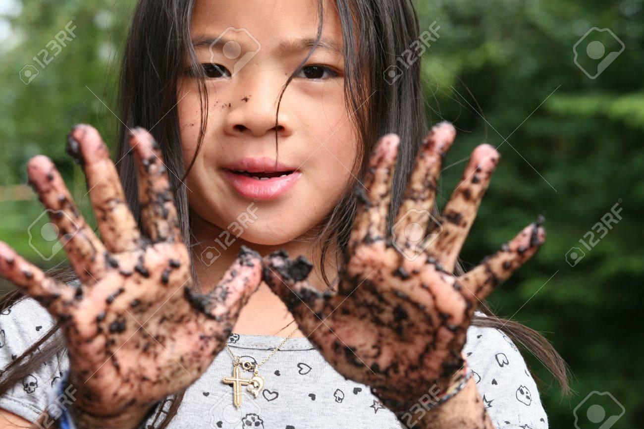 près d'un enfant montrant deux mains dans le cambouis Banque d'images - 10070877