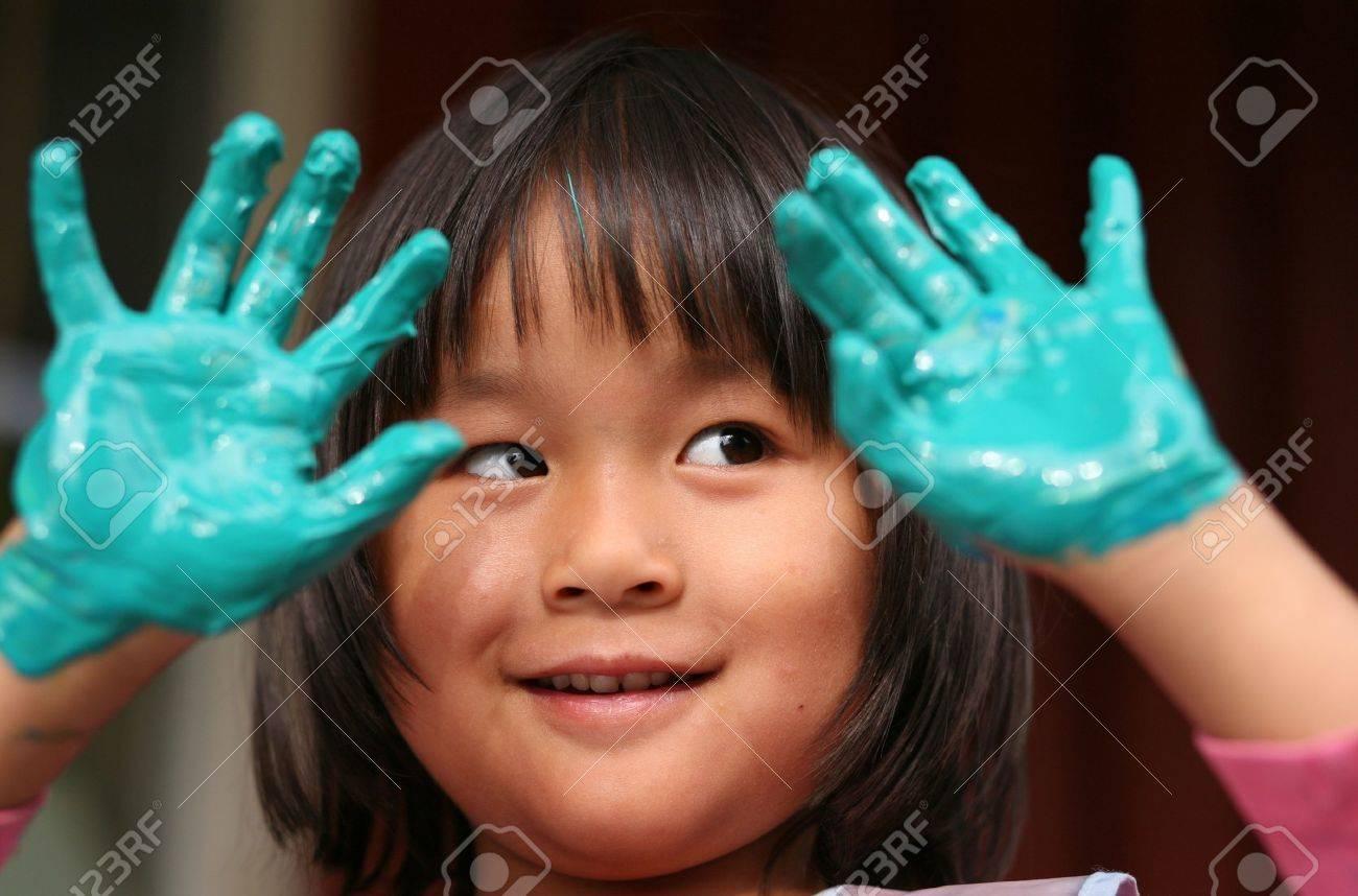 gros plan du visage enfant jouant avec la peinture au doigt Banque d'images - 10071037