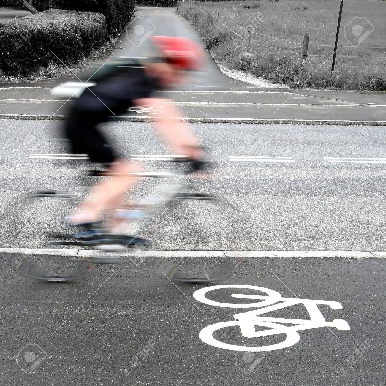 course de vélo au Danemark, en passant par les cyclistes sont un signe de vélo sur la route. Tourné avec la vitesse d'obturation faible pour atteindre le flou de mouvement Banque d'images - 11752317