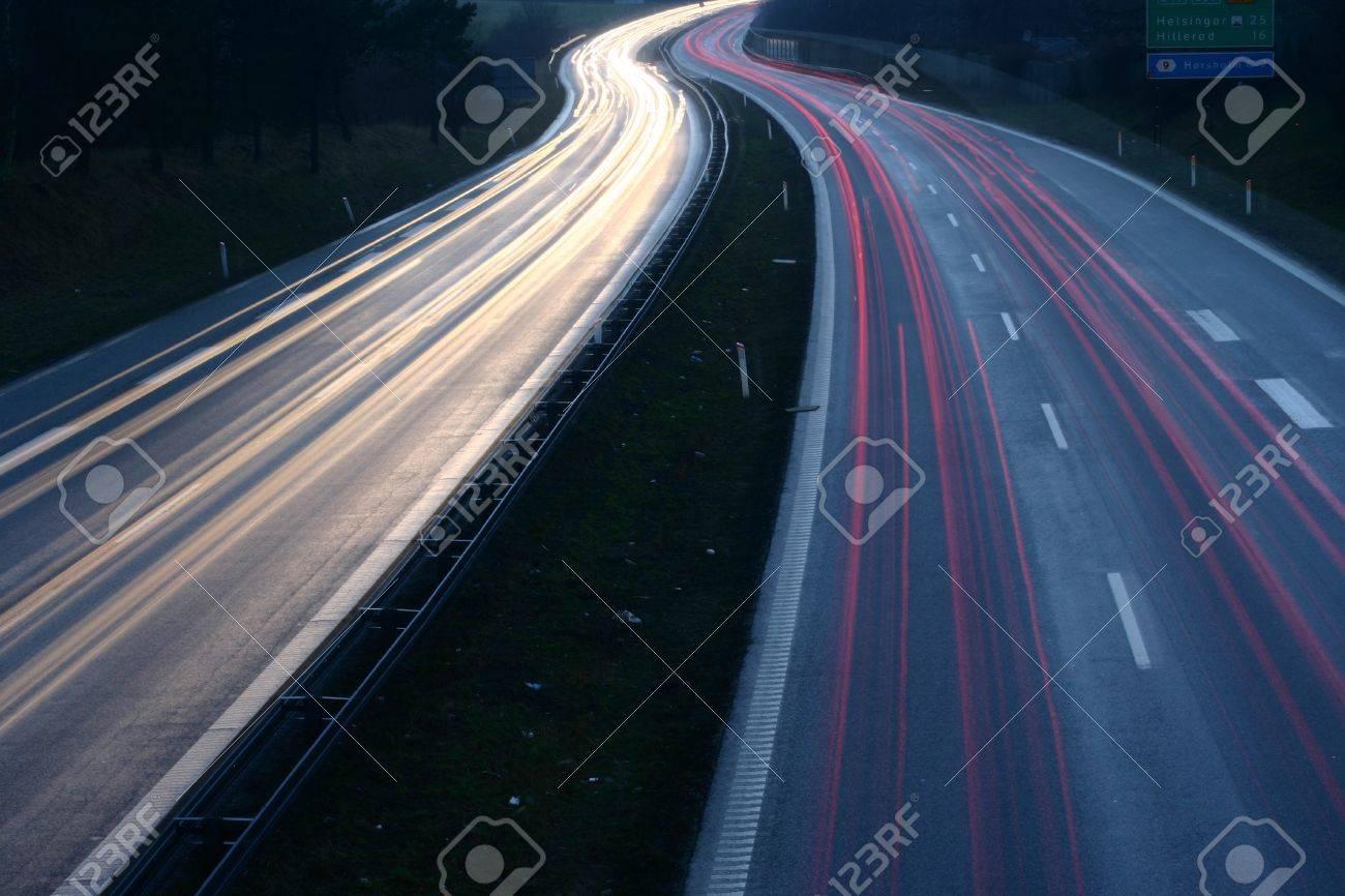 trafic de nuit au Danemark tiré par le haut (un pont) avec une vitesse d'obturation lente Banque d'images - 12015248