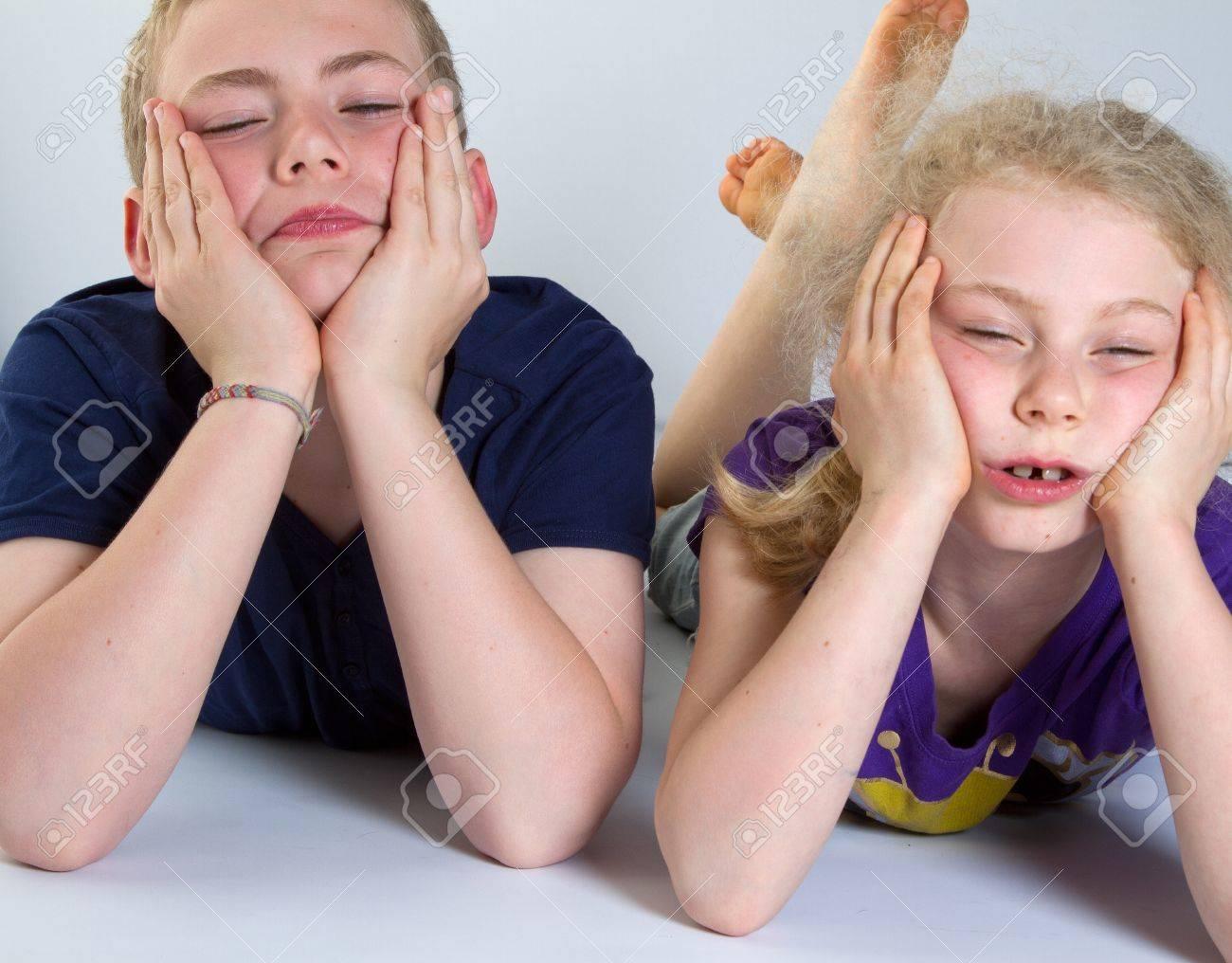 Enfants s'ennuient avec fond blanc; tournés en studio Banque d'images - 12137377