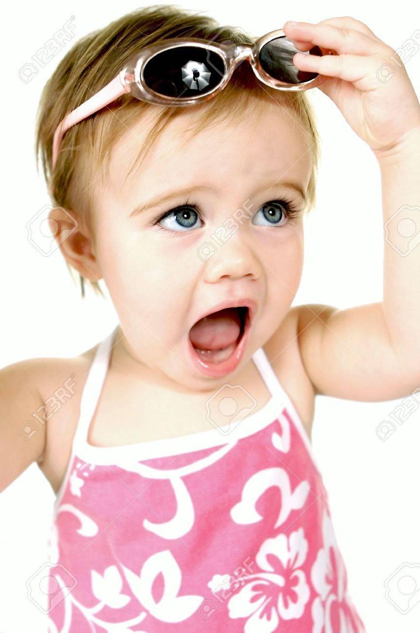 Banque d images - Petit bébé fille avec de grands yeux bleus et des lunettes  de soleil c53cc9686d9c