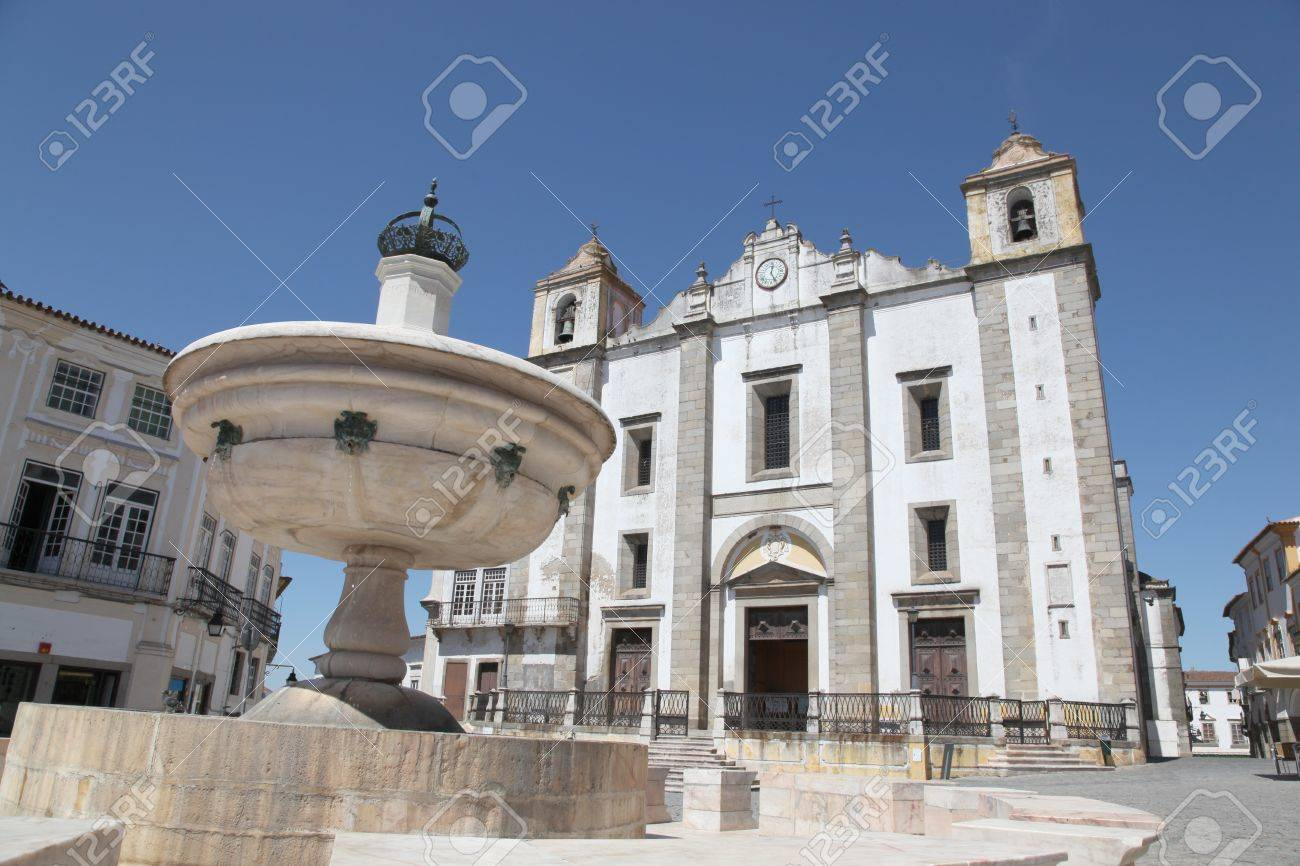 Giraldo Square in centre of Evora Portugal. The square dates from 1570 and features the Renaissance fountain (fonte Henriquina) and the  St Anton Church (Igreja de Santo Ant�o) Stock Photo - 11969006