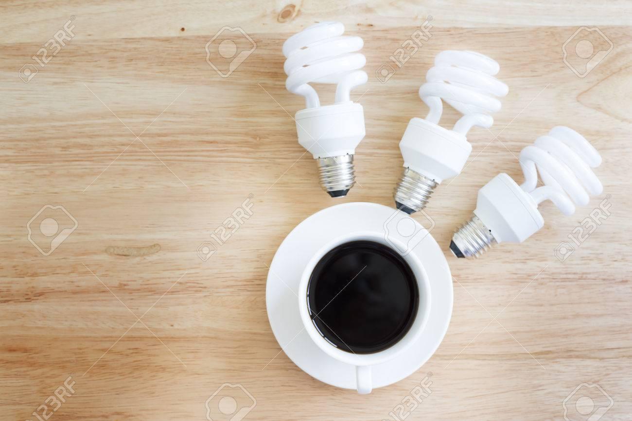 Ripiani In Legno Per Tavoli : Immagini stock brainstormneed il potere la tazza da caffè su un