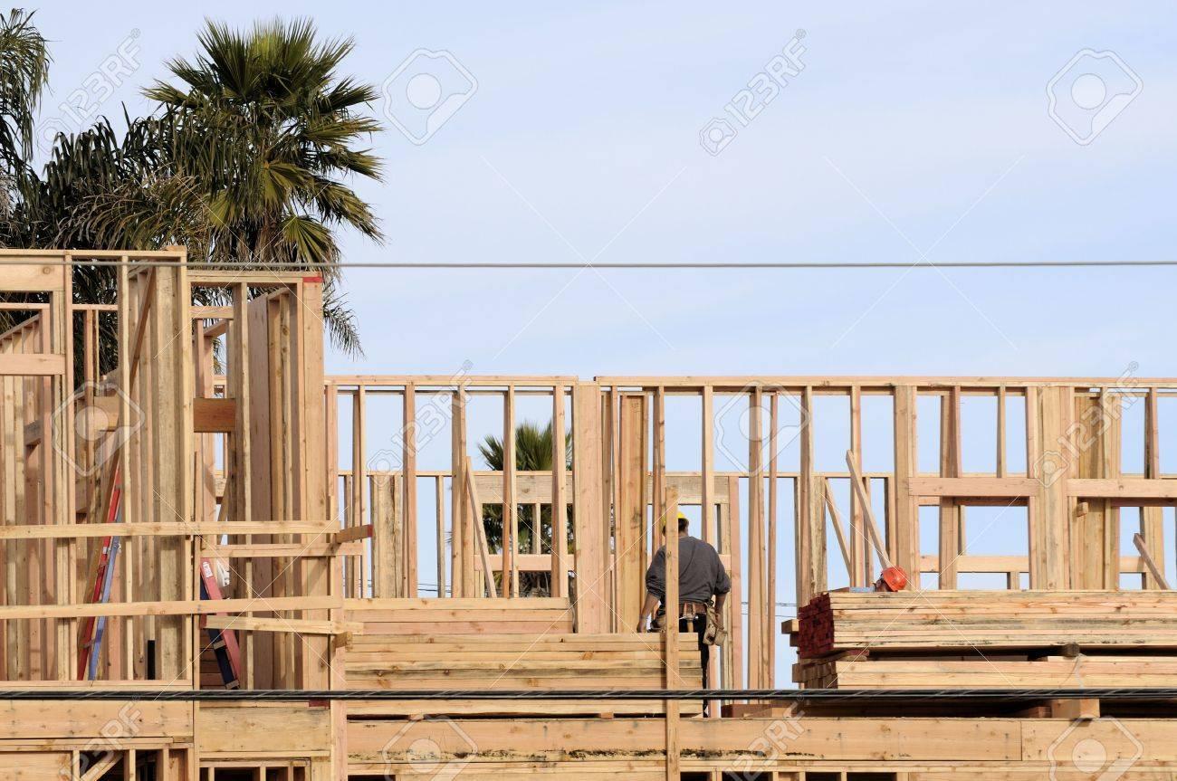 Ein Großes, Modernes Holz Gerahmte Wohnhaus Im Bau Mit Zimmerleute ...