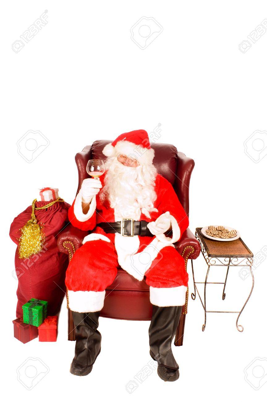 pere noel assis Père Noël Assis Dans Un Fauteuil Un Verre De Boisson De Scotch Ou  pere noel assis