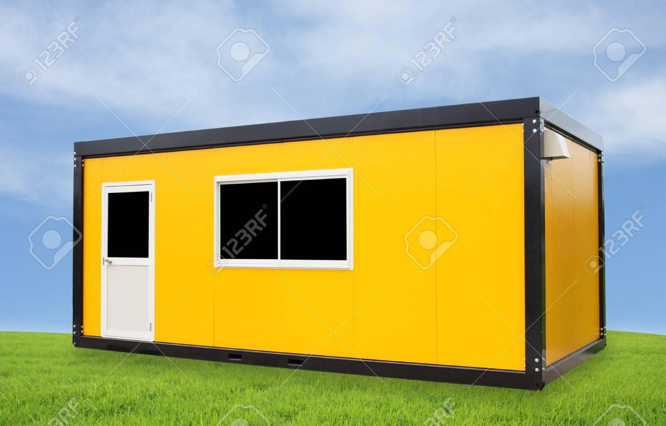 Bureau de conteneur jaune avec porte et fenêtre avec le ciel bleu