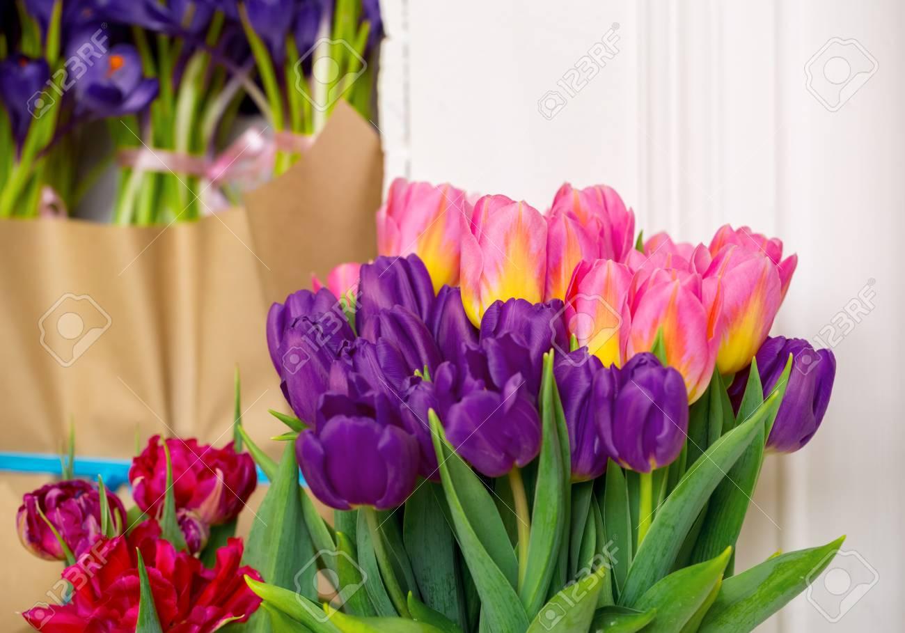 Immagini Stock Bella Rosa E Tulipani Viola Un Mazzo Di Fiori Per
