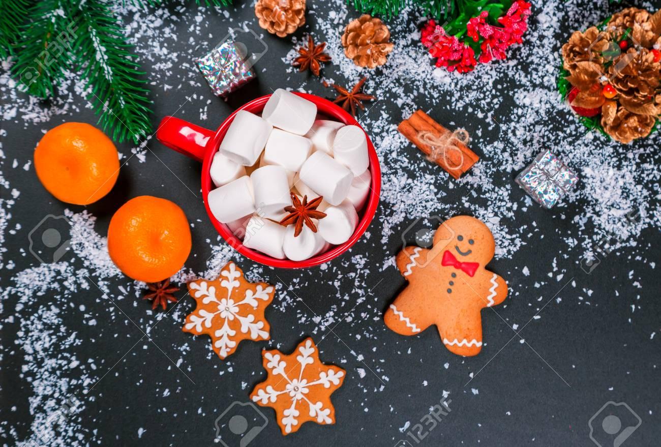 Schöne Weihnachten Hintergrund Mit Tasse Marshmallows, Lebkuchen Und ...