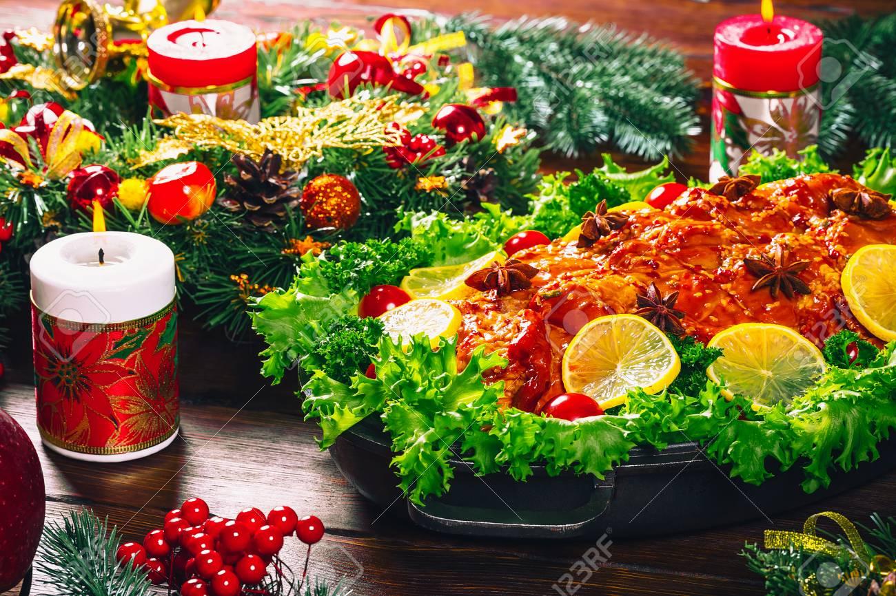 Hermosa Cena De Mesa De Navidad Con Carnes Asadas, Velas Y ...