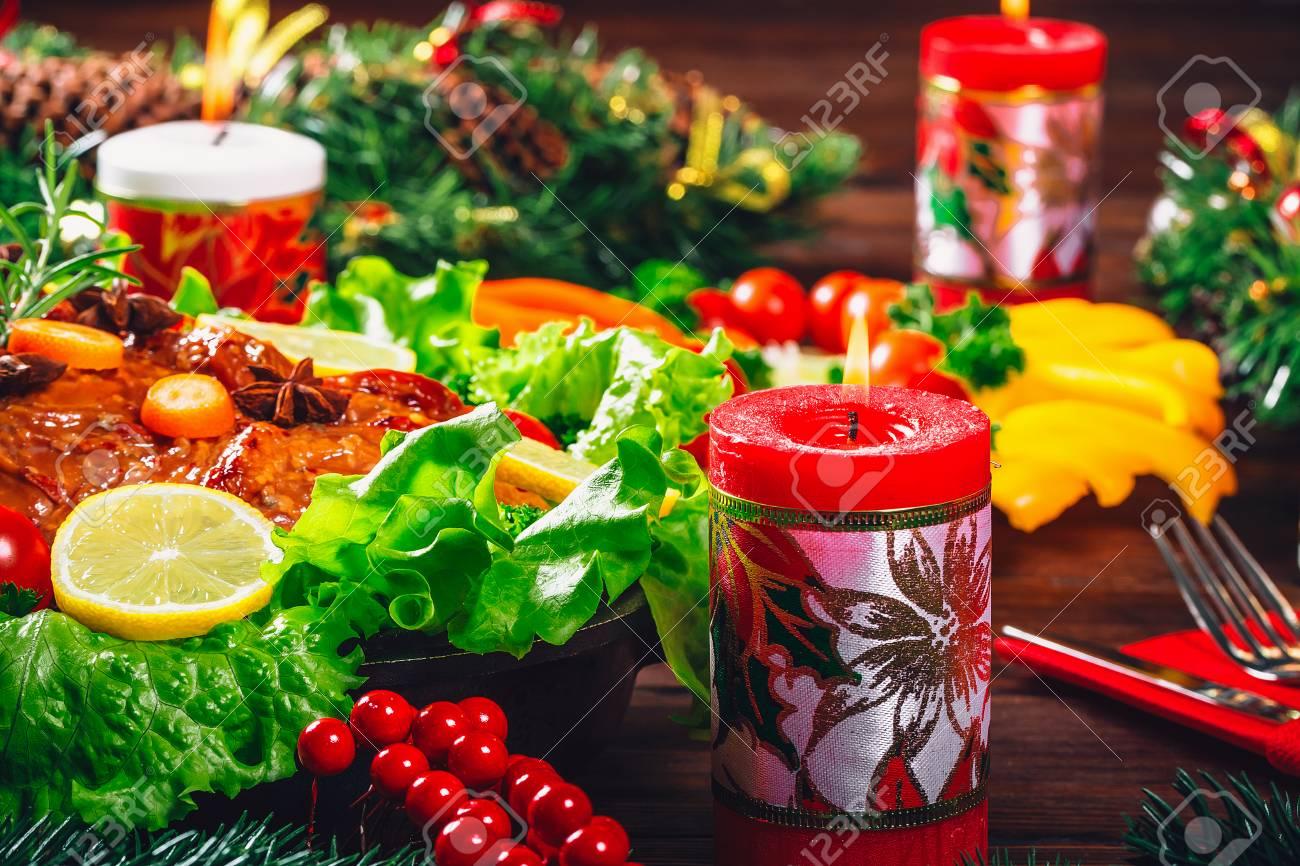 Cena De Navidad Con Carnes Asadas, Velas Y Decoración De Año Nuevo ...